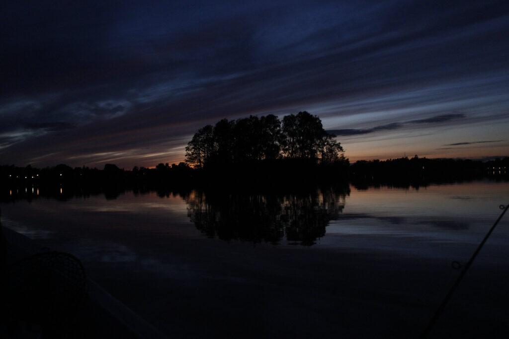 Nattbild över sjön